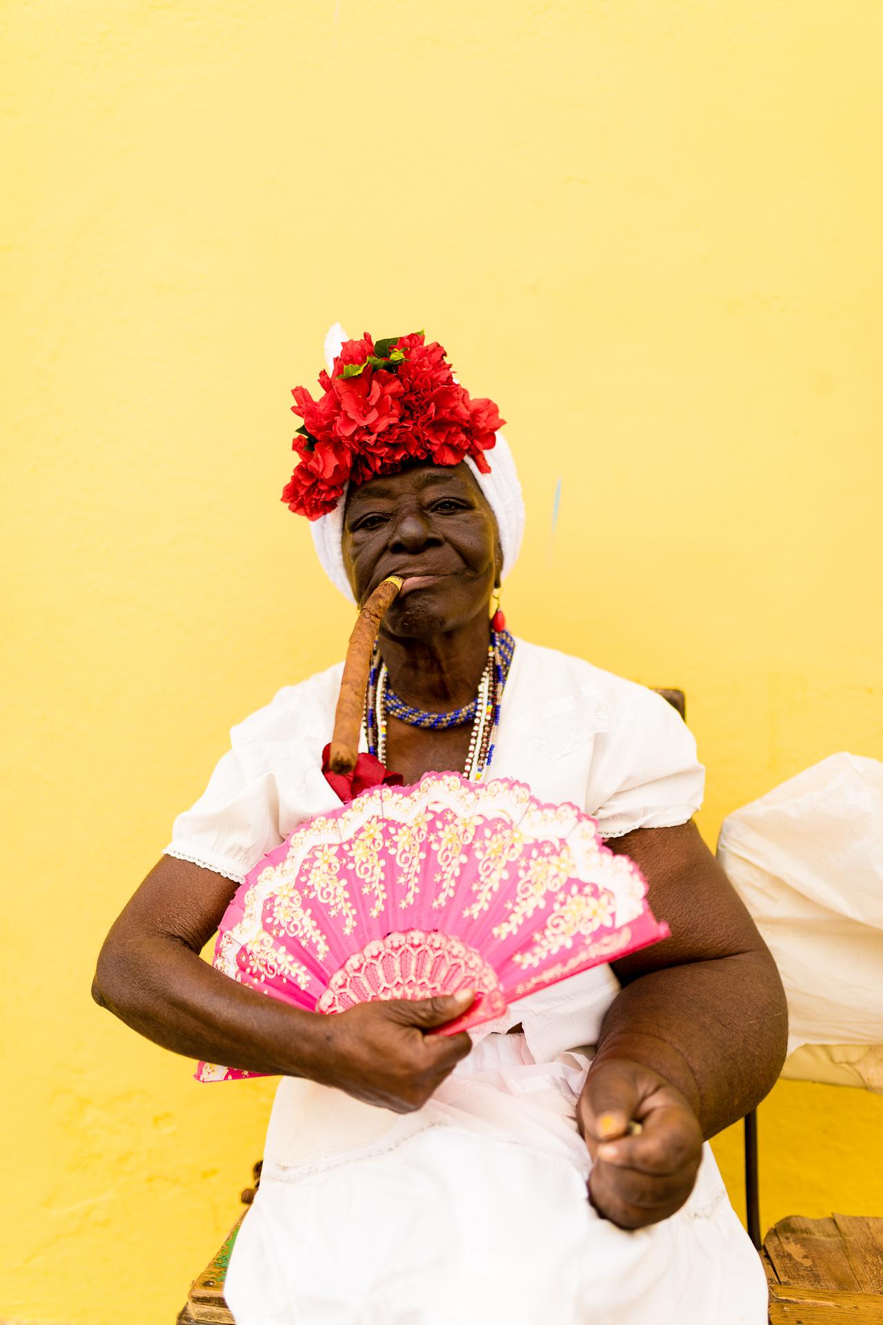 Bild: Kubanerin mit Zigarre Habana Vieja Havanna Kuba