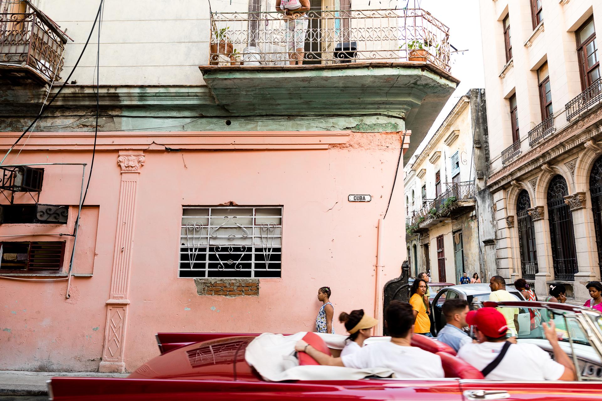 Bild: Oldtimer mit Kubanern in den Straßen Havannas