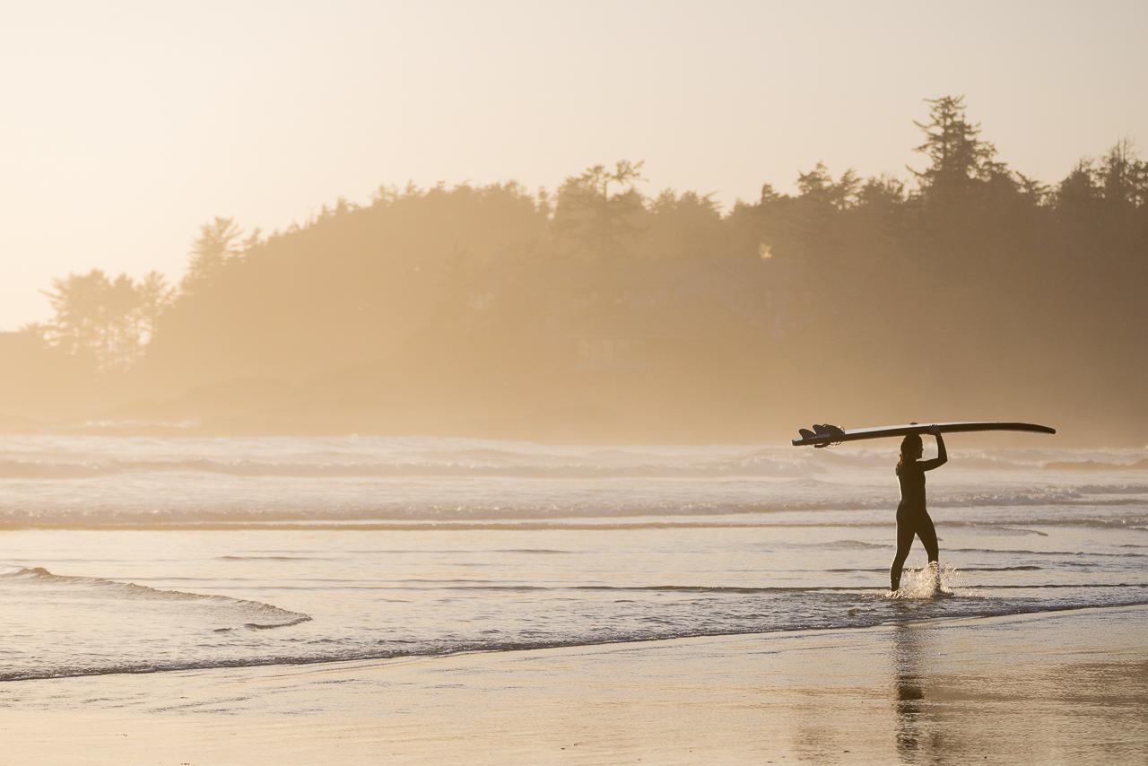 Tipps für bessere Reisefotos Reisefotografie Surferin auf Vancouver Island im Sonnenuntergang Tofino / Kanada