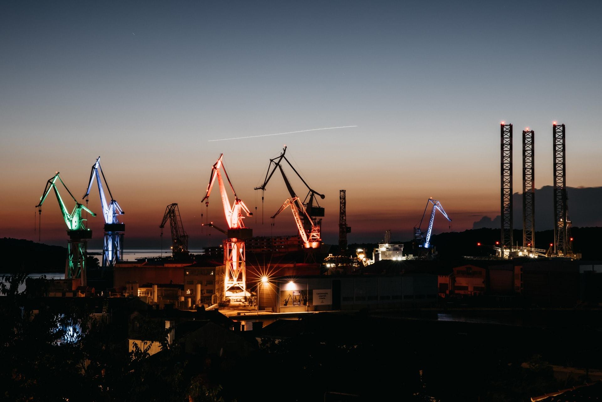 Der Hafen von Pula bei Nacht